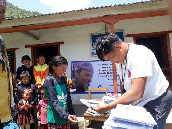 MATERIALE SCOLASTICO AI BAMBINI DELLA VALLE DEL MAKALU, IN NEPAL